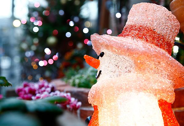 毎年クリスマスの季節は、社長自ら玄関をデコレーション